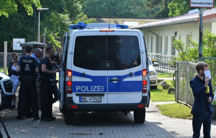 Ein Polizeibus steht am 30.05.2017 in Gerswalde (Brandenburg) in der Zufahrt zu einem